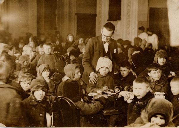 Какую цель преследовали англичане, спасаля Россию от голода в 1921-1922 гг. В 1921-22 годах мировое сообщество организовало помощь голодающим России. Ими было спасено около 13 млн. человек. Но