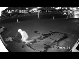 Грабитель случайно вырубил своего напарника кирпичом.