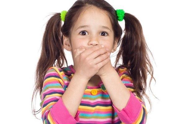 ЗАГАДКИ С ПОДВОХОМ На обед сыночку Ване Мама варит суп в… (не в стакане, а в кастрюле) Говорит нам папа басом: «Я люблю конфеты с… ( не с мясом, а с орехом или джемом) Просит бабушка Аркашу Из редиска скушать… (не кашу, а салат) Попросила мама Юлю Ей чайку налить в… (не кастрюлю, а в чашку) И в Воронеже, и в Туле, Дети ночью спят на… (не на стуле, а на кровати) Подобрать себе я смог пару варежек для… (не для ног, а для рук) Во дворе трещит мороз — Шапку ты одень на… (не на нос, а на голову) На…