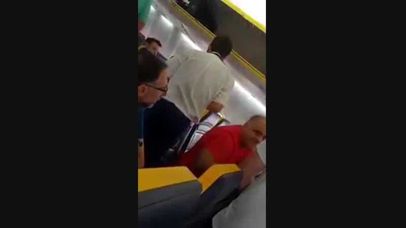 Un homme blanc,raciste,refuse de sasseoir à côté dune femme âgée noire sur un vol Ryanair