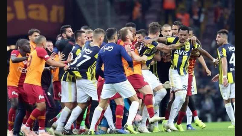 Футболісти Галатасарая і Фенербахче влаштували масову бійку прямо на полі