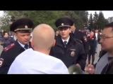 В Омске полиция объясняет где, когда и как можно носить российский флаг