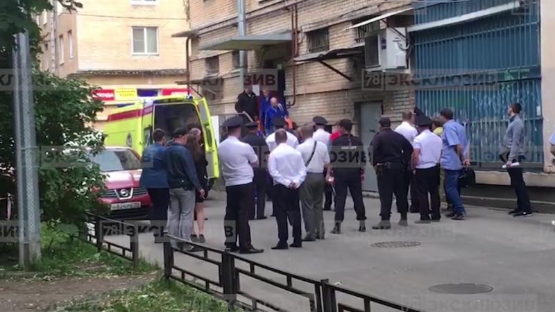 Скорая увезла раненого из оцепленного дома в Петербурге