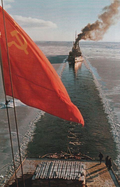 Красный флаг на атомном ледоколе «Ленин», который буксирует ледокол «Ермак». Август 1961 года.