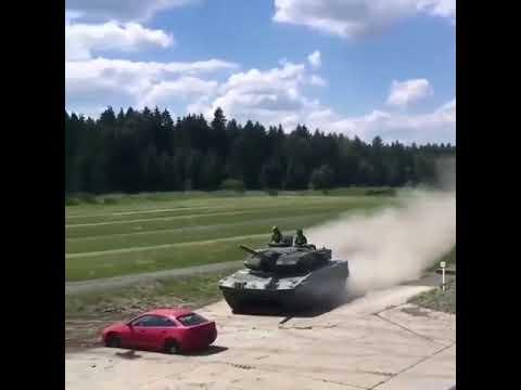 Tank arabanın üstünden geçiyor