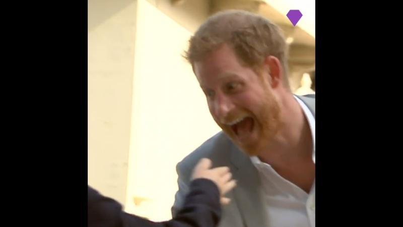 Меган Маркл и принц Гарри болтают с маленькими фанатами