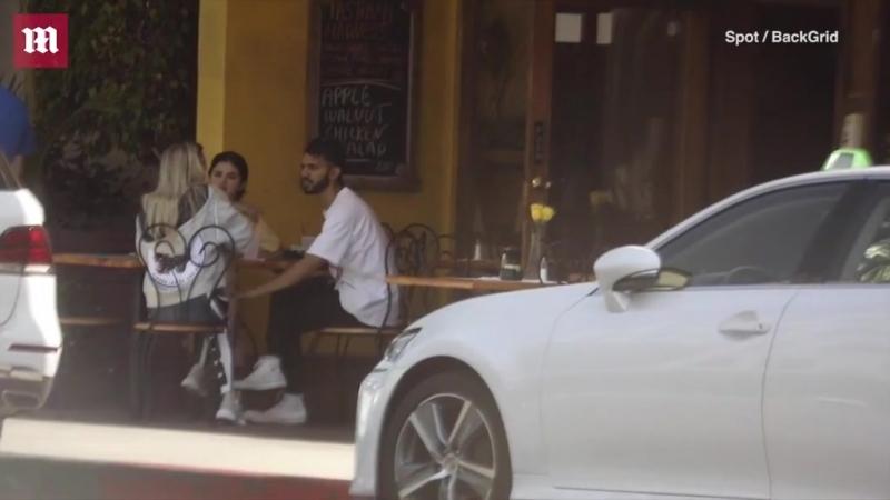 Завтракает в ресторане Beverliz Café в компании свого друга в Беверли Хиллзе 21 сентября 2018 года