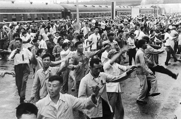 Танец верности  ритуальный танец, который символизировал преданность лидеру страны Мао Цзэдуну, 1967 год