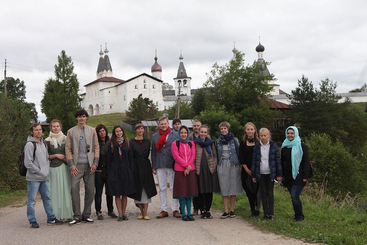 Обще на фоне монастыря
