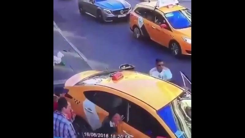 Таксист в Москве сбил людей на тротуаре