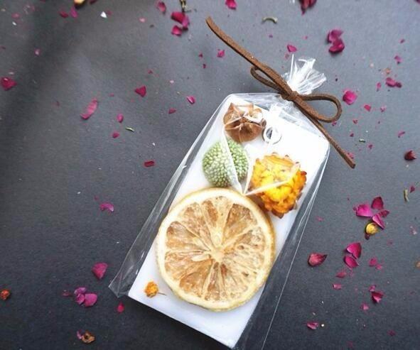 Сушеные цветы и формы для изготовления ароматических свечей или мыла