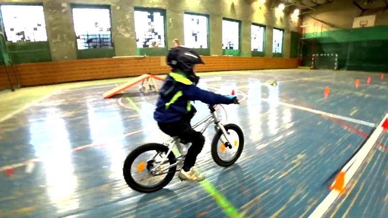 Змейка на велосипеде Early Rider Belter 16 Urban тренировка на велосипеде