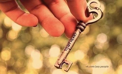 ПРИТЧА ПРО МУЖЧИН И ЖЕНЩИН  Однажды к мудрецу пришла женщина и спросила:  – Почему мужчина, имеющий много женщин воспринимается как герой, а женщина, у которой много мужчин – как блудница?   На это мудрец ответил:  – Потому что ключ, который может открыть все замки – хороший ключ, а замок, который могут открыть любые ключи – плохой замок.