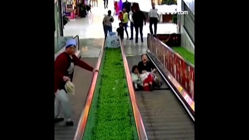 Девочку зажало в эскалаторе
