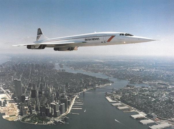 Британо-французский Concorde пролетает над Нью-Йорком.