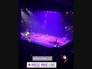 19 октября - Кара целует Эшли на шоу Magic Mike
