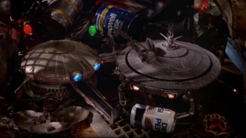Батарейки не прилагаются (batteries not included, 1987), реж. Мэттью Роббинс, продюсер Стивен Спилберг