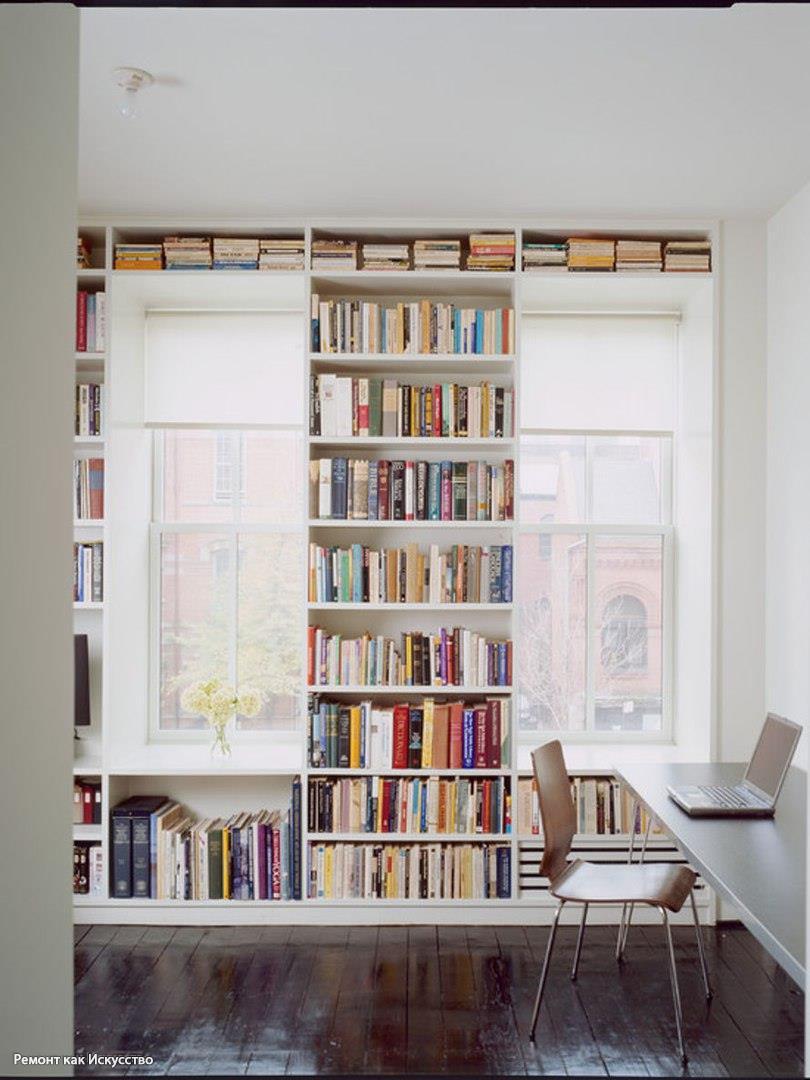 Книжный стеллаж встроенный в пространство балконного окна..