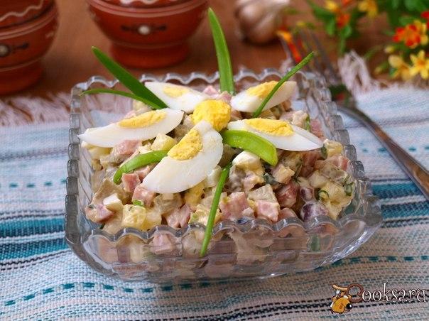 Ни для кого не секрет что из обычных продуктов получаются очень вкусные салаты.Вот такой салат я приготовила экспромтом и теперь периодически повторяю.Очень просто,быстро и вкусно!