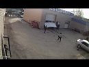 Под Екатеринбургом автомойщик случайно нажал на газ пробил ворота и сбил двух женщин