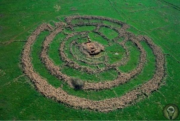 КОЛЕСО ДУХОВ ИЛИ РУДЖУМ-ЭЛЬ-ХИРИ - КАМЕННОЕ КОЛЬЦО В ИЗРАИЛЕ. Колесо духов или Руджум-эль-Хири древняя постройка в Израиле, которая, по данным исследователей, может быть древнее Стоунхенджа.