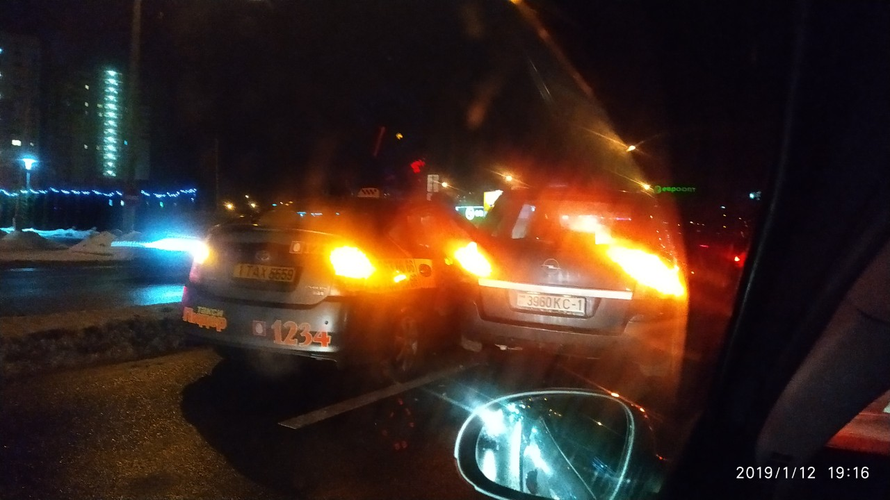 """Таксисты продолжают """"зажигать"""" - один чуть не сбил пешехода, второй попал в ДТП"""
