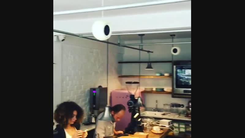 Халит Эргенч в кофейне Бергюзар Корель проверяет звучание колонок. 15.07.2015 г.