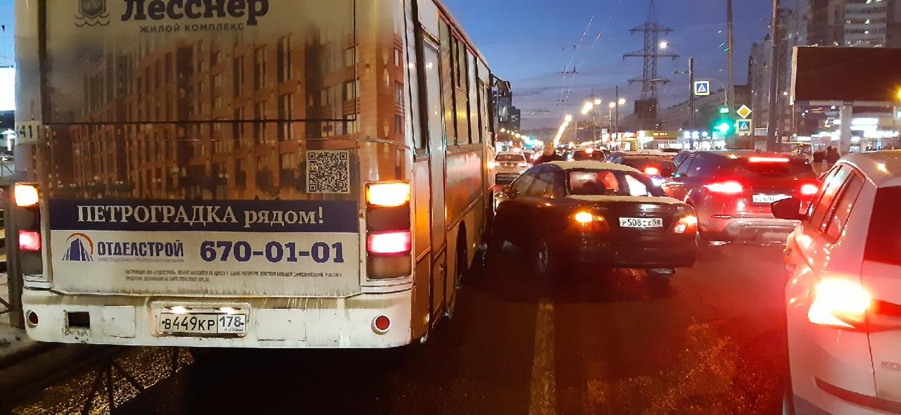 Произошло ДТП в 16:50 на проспекте Испытателей (пересечение Испытателей и Коломяжского,Ситимол-Леруа...