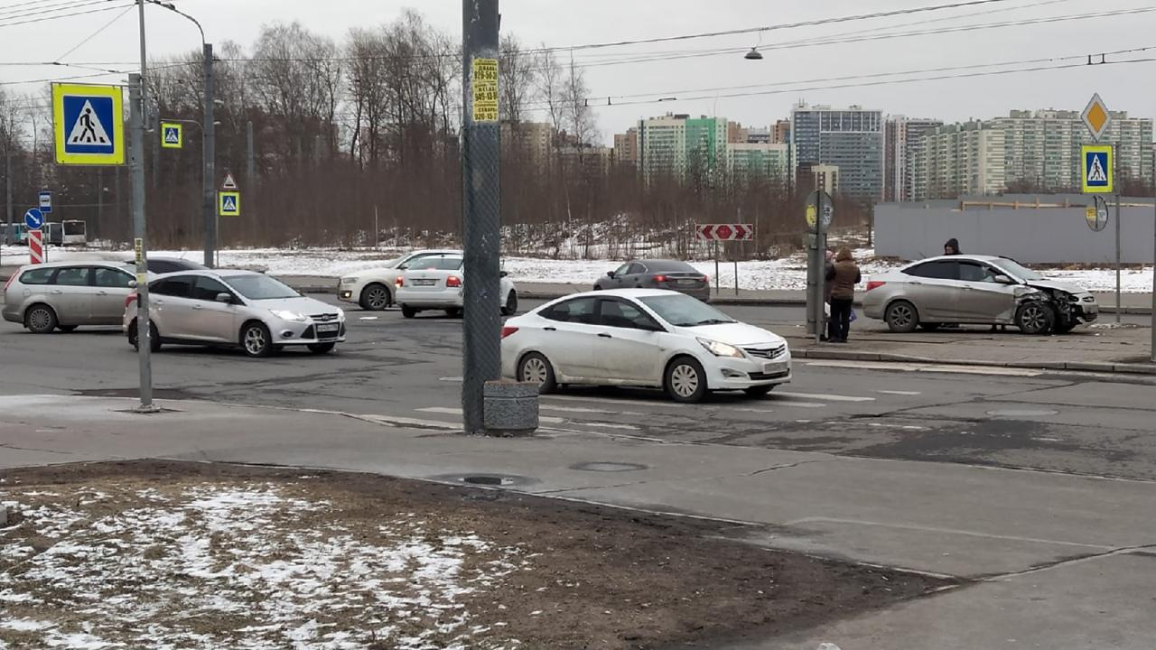 На перекрестке Товарищеского и Дыбенко после столкновения одна из машин выкатилась на трамвайные пут...
