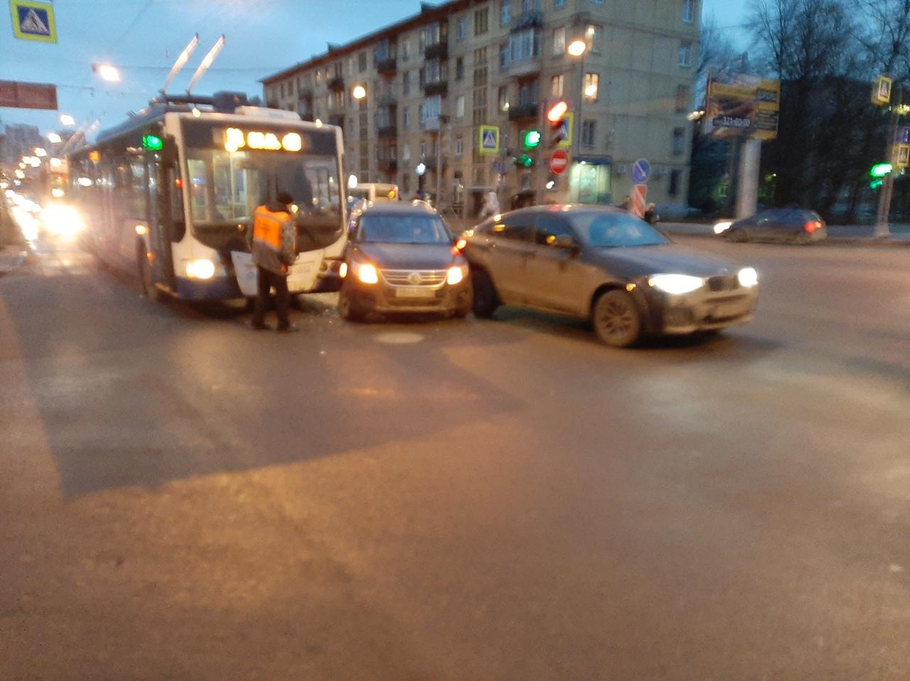 На перекрёстке Кантемировской и Харченко в сторону Лесной. Водитель тигуана решил проскочить перед ...