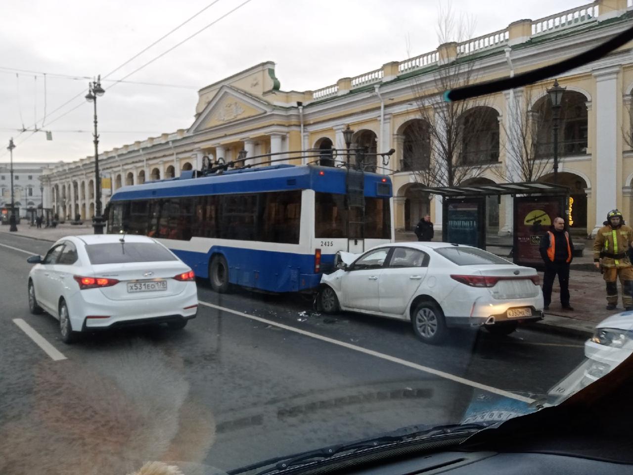 Киа влетел в троллейбус на Невском у Гостиного двора