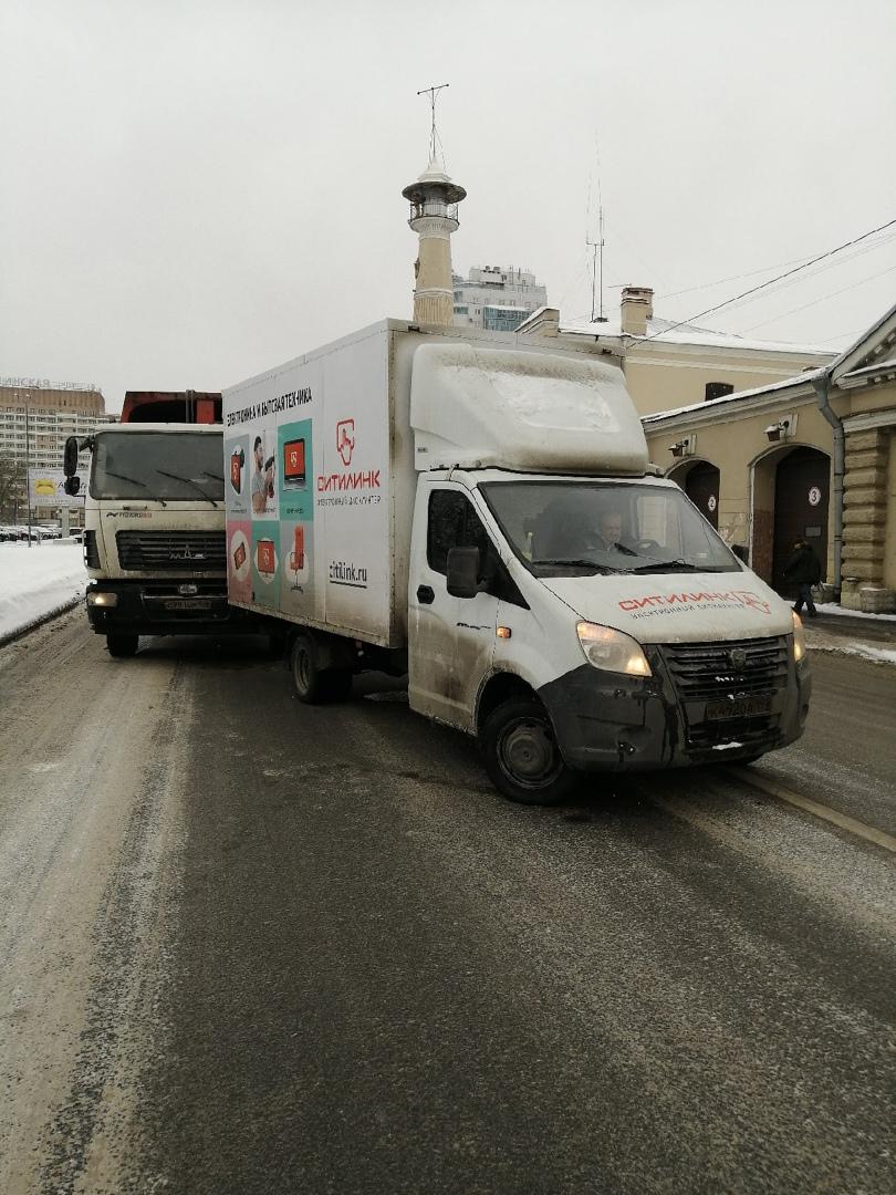 На Большеохтинском у дома 3, мусоровоз влетел в газель, объезд по встречке.