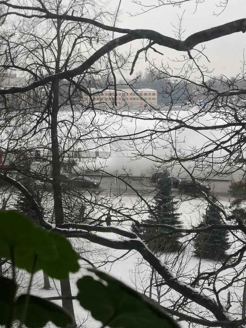 На Ушаковской набережной, в сторону Кантемировского моста загорелась машина, проезд затруднён. Много...