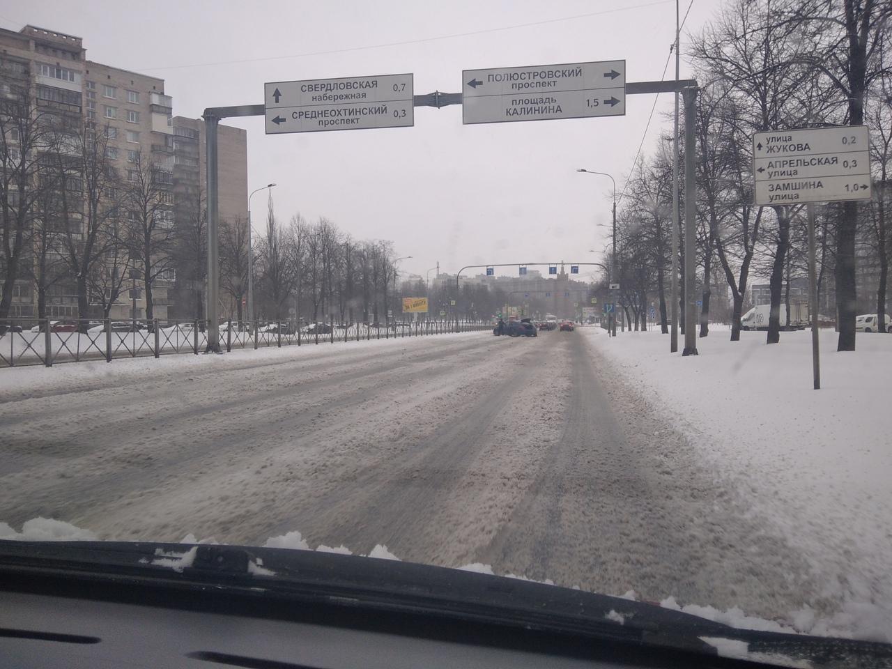 На пересечении Полюстровского и Пискарёвского вся дорога в снегу, а автомобили перегородили две левы...