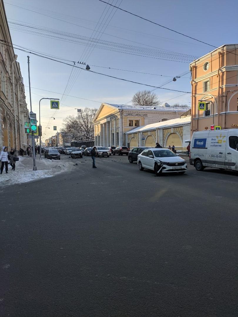 Новый Поло и старая Лада Самара оторвали бампера на Садовой, перед Ломоносова