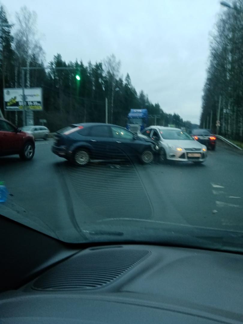 Малочисленный слёт Ford-клуба состоялся в г. СЕРТОЛОВО. Проезду особо не мешают.