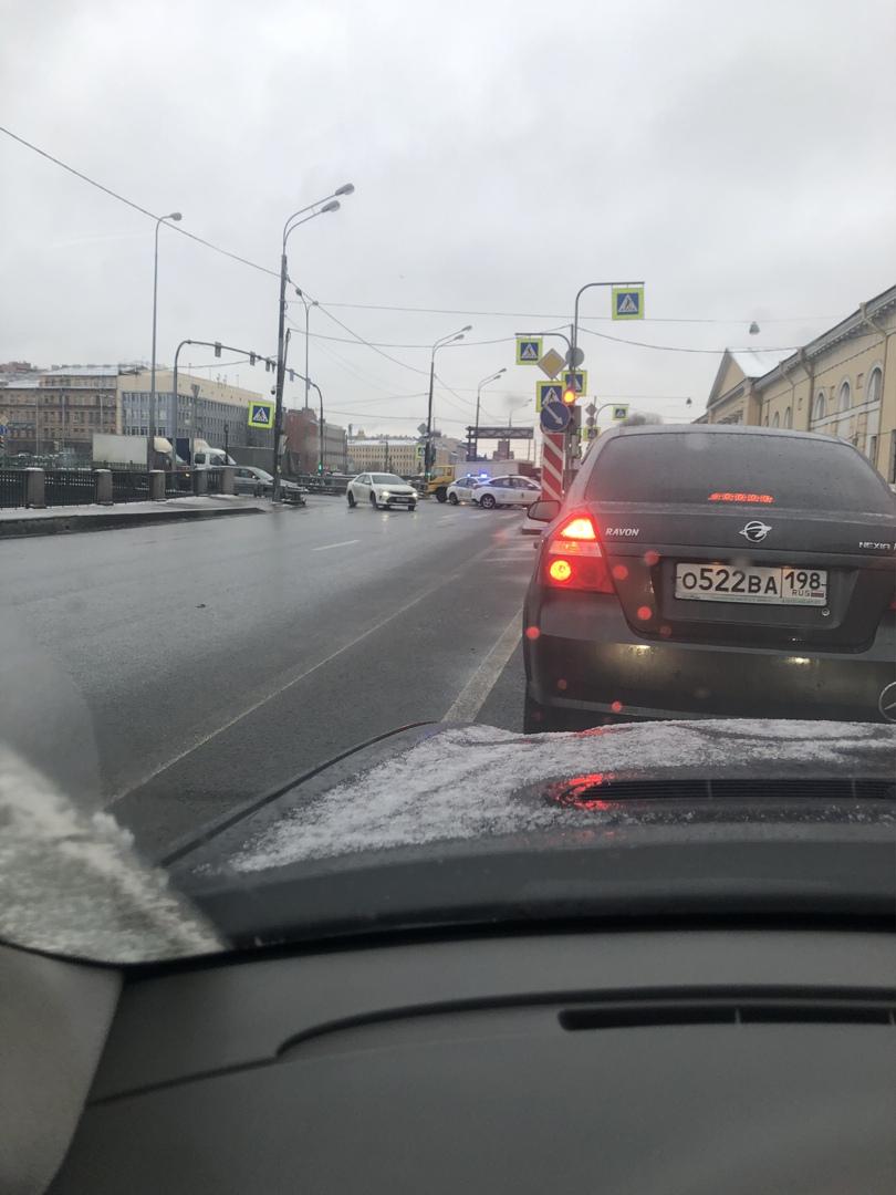 На Обводном канале при повороте на Митрофаньевское, БМВ протаранил полицейскую машину