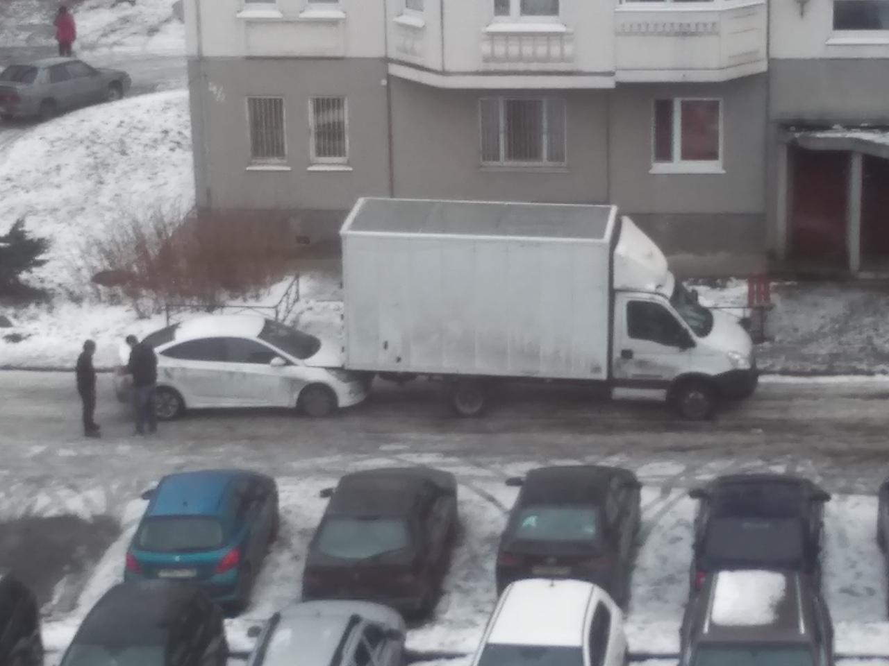 Газель наехала на таксиста на улице Политрука Пасечника