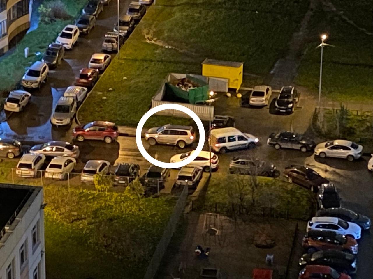Двор домов на Ленинском 78/ Кузнецова 14 к.2. Водитель фургона Ford Tourneo Connect (вроде как) сдав...