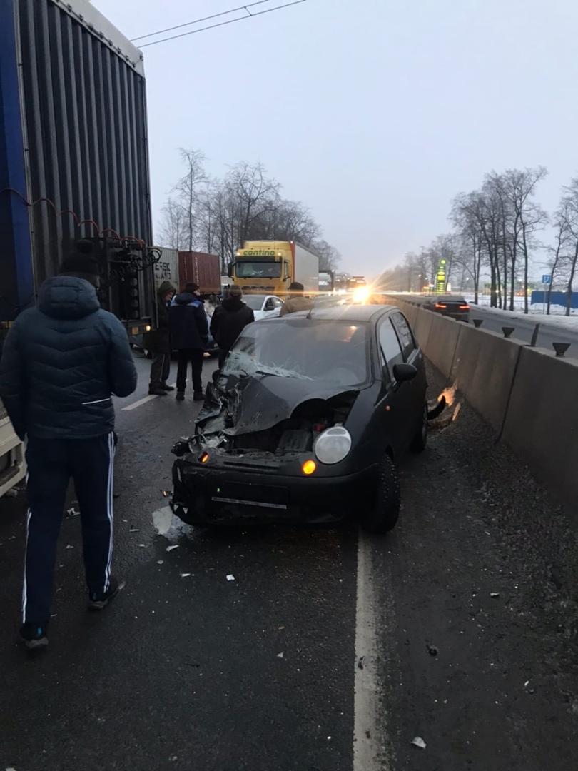 На Московском шоссе фуру сложило и она прижала к разделителю Матиз. Прицеп стал поперек шоссе и заня...