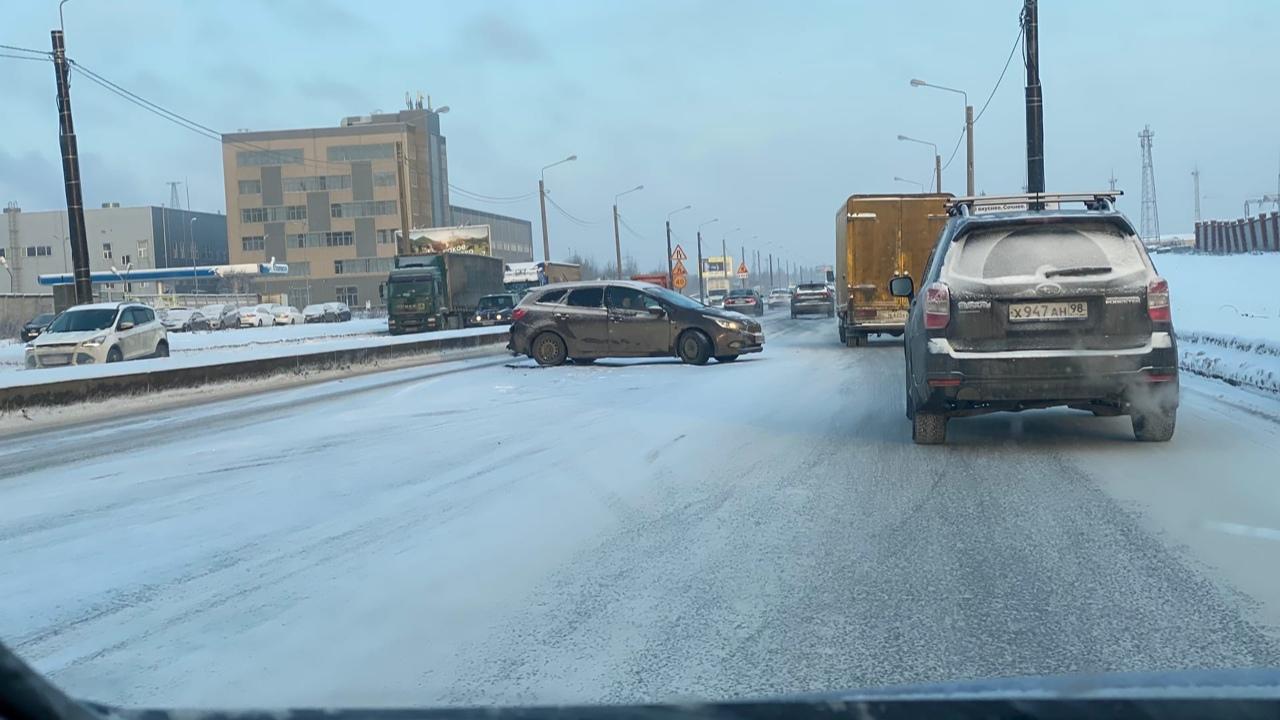 По прекрасной зимней дороге ехать могут не только лишь все: на Индустриальном проспекте аварии в обе...