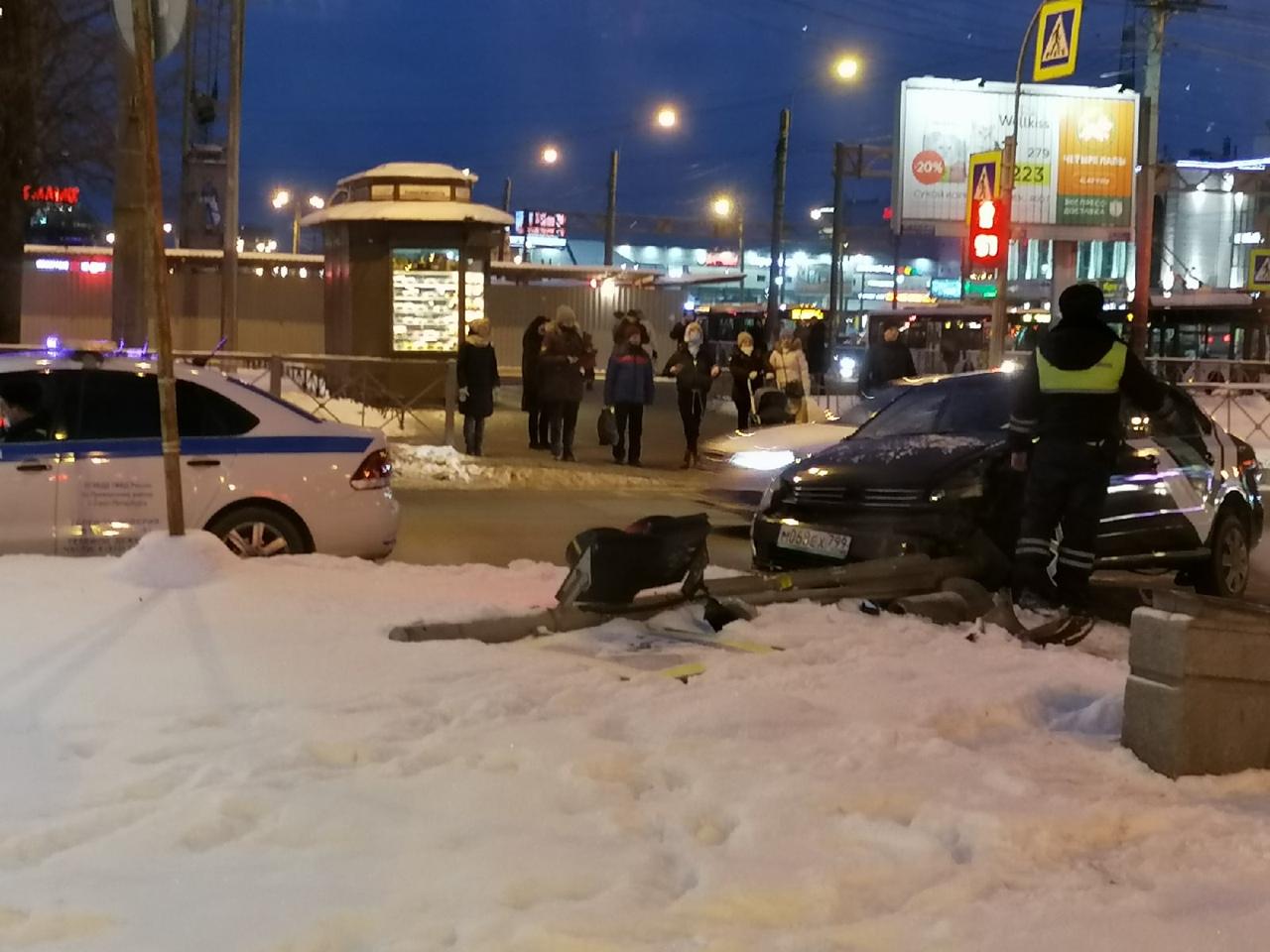 Делимобиль сломал светофор на перекрестке Коломяжского и Богатырского