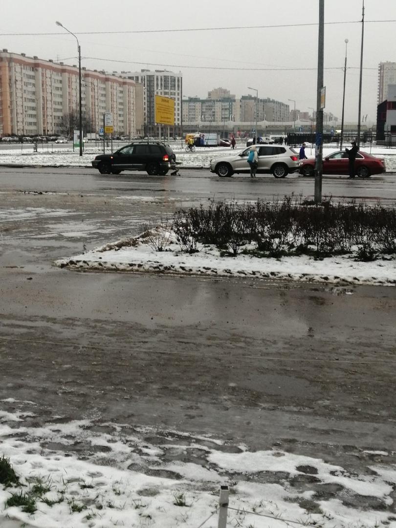 БМВ догнал Hyundai на Яхтенной перед Богатырским проспектом.