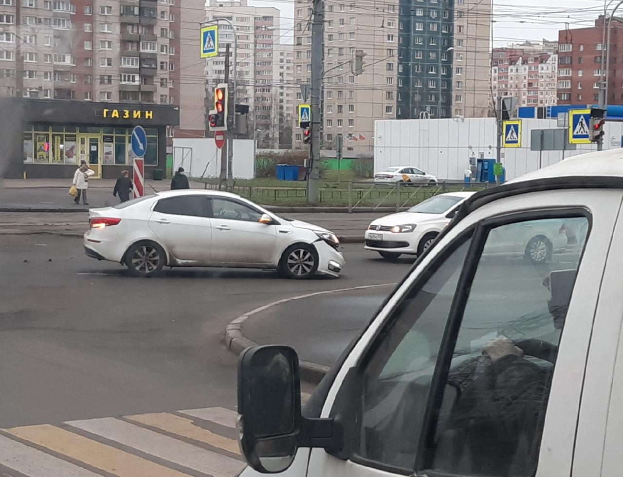На перекрёстке Захарова и Десантников ДТП устроили Volkswagen Поло и Киа . Водители сидят по маш...