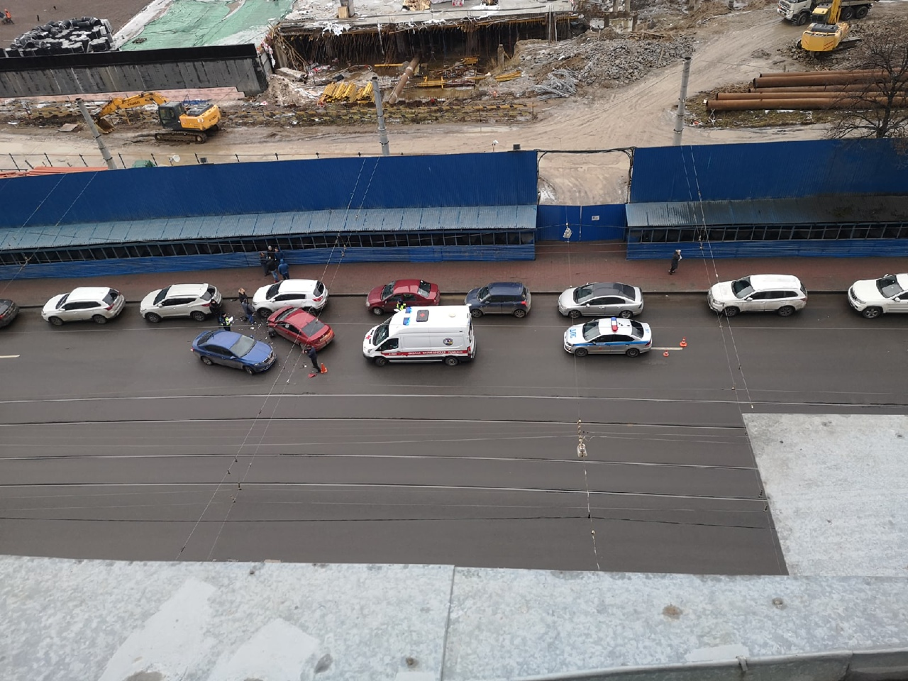 Skoda и Hyundai столкнулись на Добролюбова. Пострадала мирно стоящая Kia. Скорая, дпс на месте