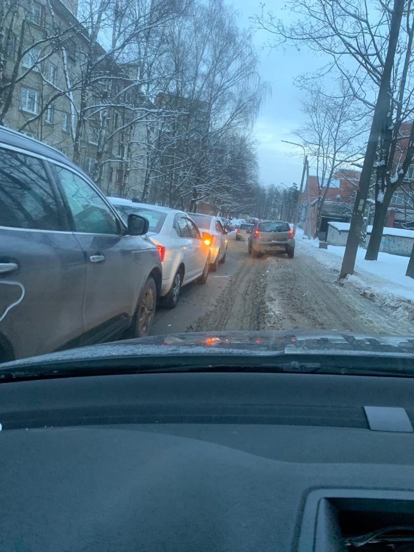 На Дрезденской авария из 3 машин. Пробка уже есть