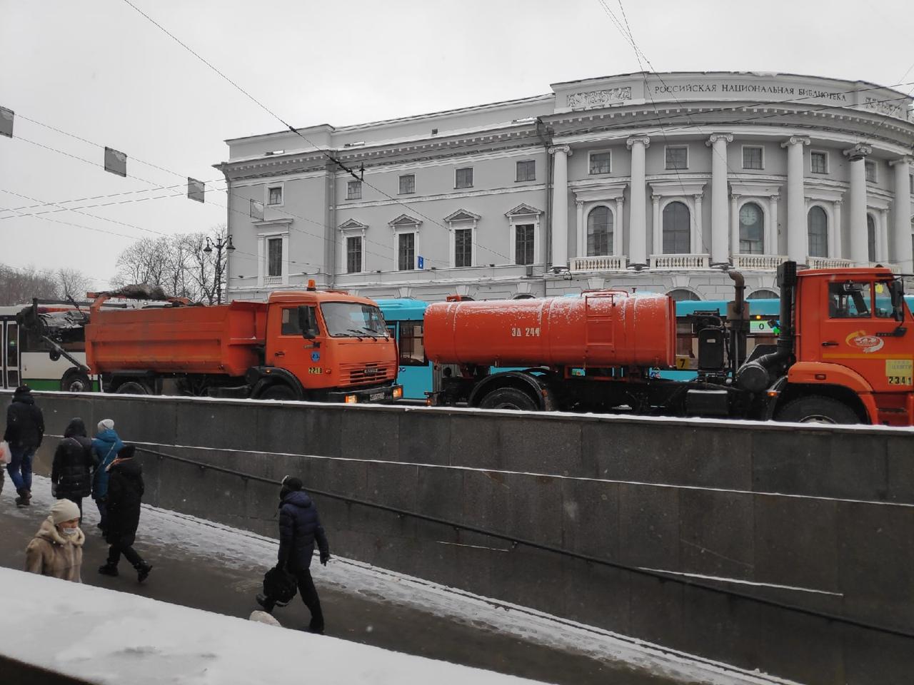 На перекрёстке Садовой и Невского, поперек дороги встали снегоуборщики. Садовая перекрыта всех ра...
