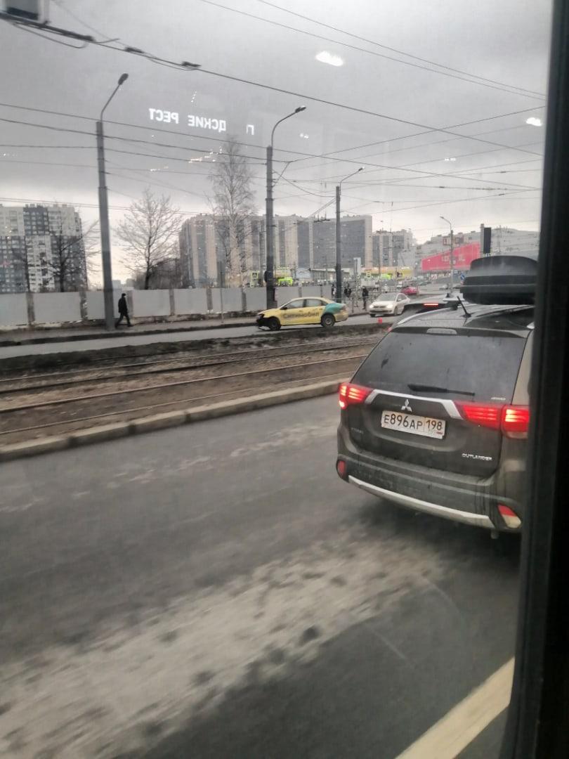 Стимобил долетался у ТРК Лондон Молл. На повороте на Новочеркасскую собирается пробка.