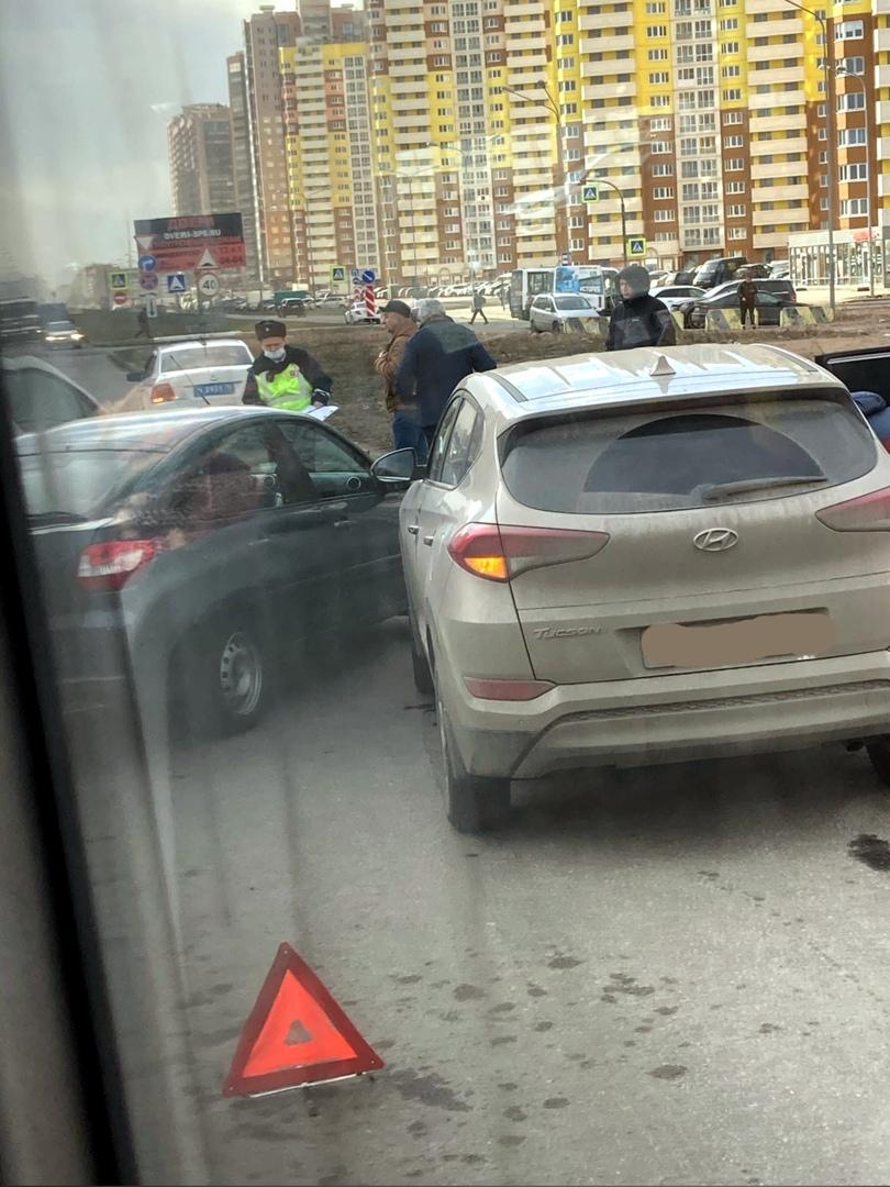 Самый конец проспекта Королёва заблокирован аварией из 4 автомобилей (всех из окна автобуса не получ...