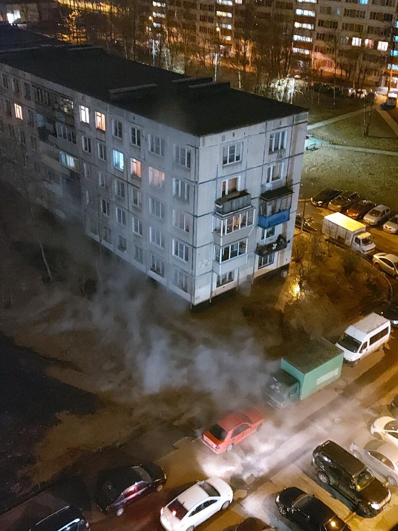 Произошел прорыв горячей воды на газоне у Пражской 7к.2